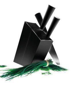 Eva Solo skrå knivblok sort - med fleksible lameller, som kan rumme flere forskellige redskaber. Knivblokken's ydre er lavet af aluminium og det elegante og praktiske design, har vundet flere priser. Lamellerne kan tages ud og kan rengøres i opvaskemaskine. Knivblokken er rigtig god til både at huse dine skarpe knive og andre redskaber.
